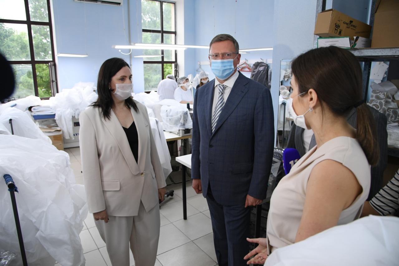Омский губернатор побывал в модном ателье, где теперь шьют маски и защитные костюмы #Омск #Общество #Сегодня