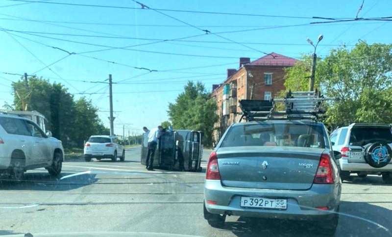 В Омске автоледи не уступила дорогу: от удара чужой автомобиль перевернулся #Омск #Общество #Сегодня