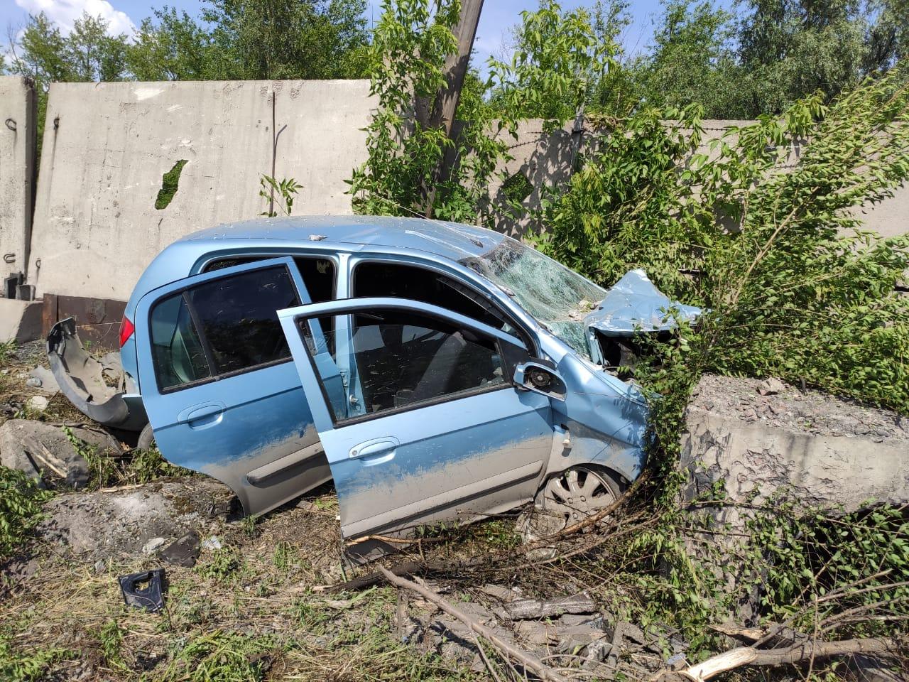 В Омске автоледи разбила машину, влетев в бетонный забор #Новости #Общество #Омск