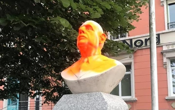 Во Франции облили краской бюст де Голля