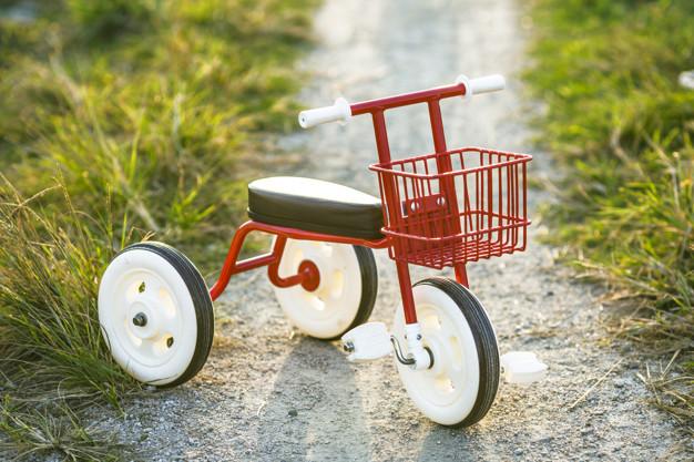 В омском дворе 7-летний мальчик катался на велосипеде и оказался под колесами иномарки #Новости #Общество #Омск