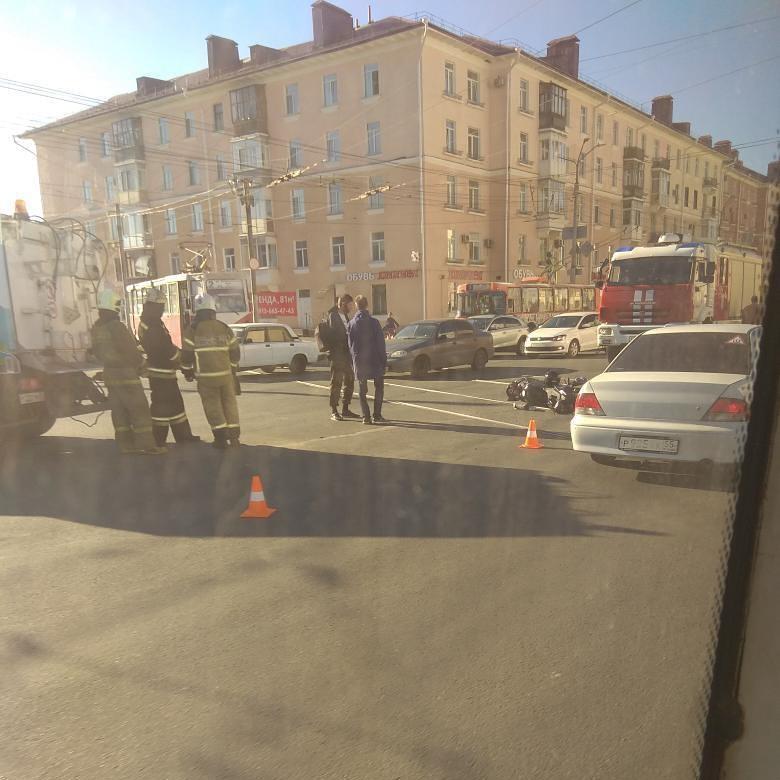 ДТП с мотоциклом и ЗИЛом в Омске парализовало движение трамваев #Новости #Общество #Омск