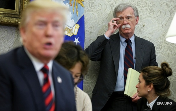 Трамп был против военной помощи Украине − Болтон