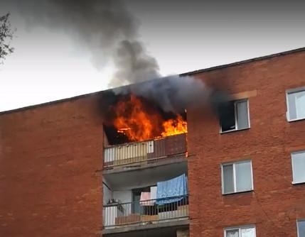 В девятиэтажке Омска ночью сгорели сразу 4 балкона #Омск #Общество #Сегодня