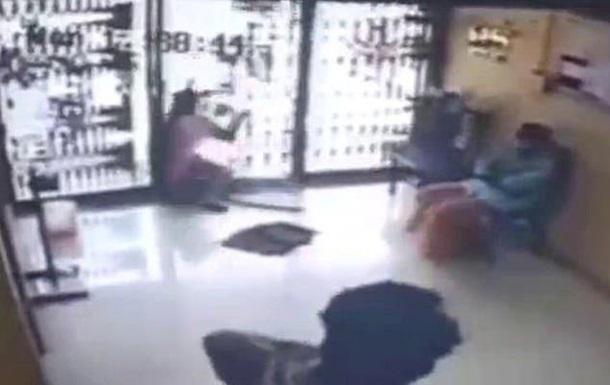 Индианка ударилась в стеклянную дверь и погибла