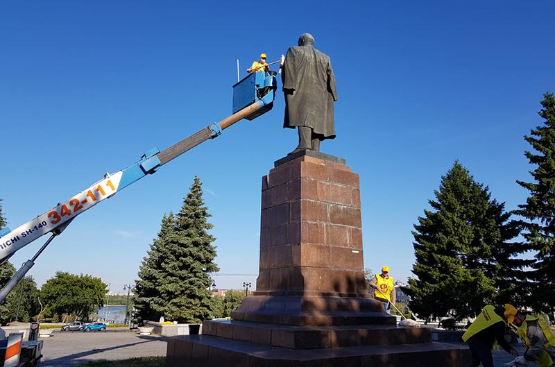 Справедливороссы отмыли памятник Ленину в центре Омска #Новости #Общество #Омск