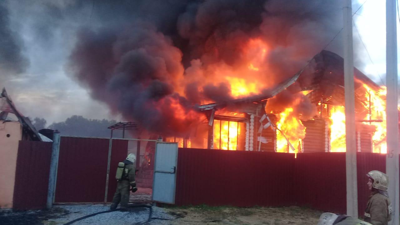 Под Омском пожар уничтожил два дома, баню и гаражи #Омск #Общество #Сегодня