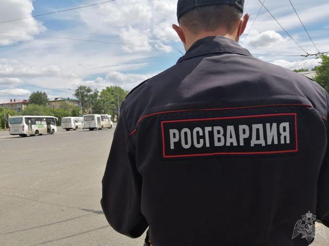 Постоялец омской гостиницы не смог выйти из такси – вызывали скорую и Росгвардию #Омск #Общество #Сегодня
