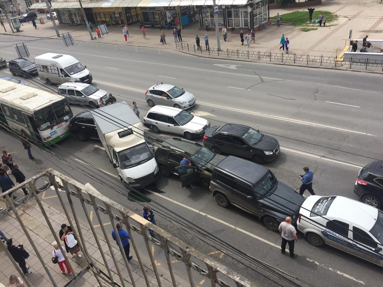 В центре Омска муниципальный автобус смял 6 машин в массовом ДТП #Омск #Общество #Сегодня