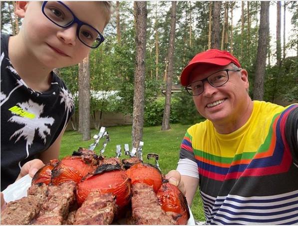 Глава Омской области разместил фотографию с сыном и шашлыками #Новости #Общество #Омск