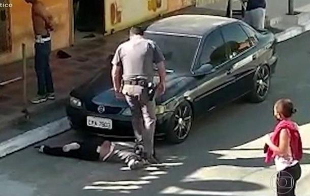 В Бразилии полицейский наступил ногой на шею темнокожей женщине