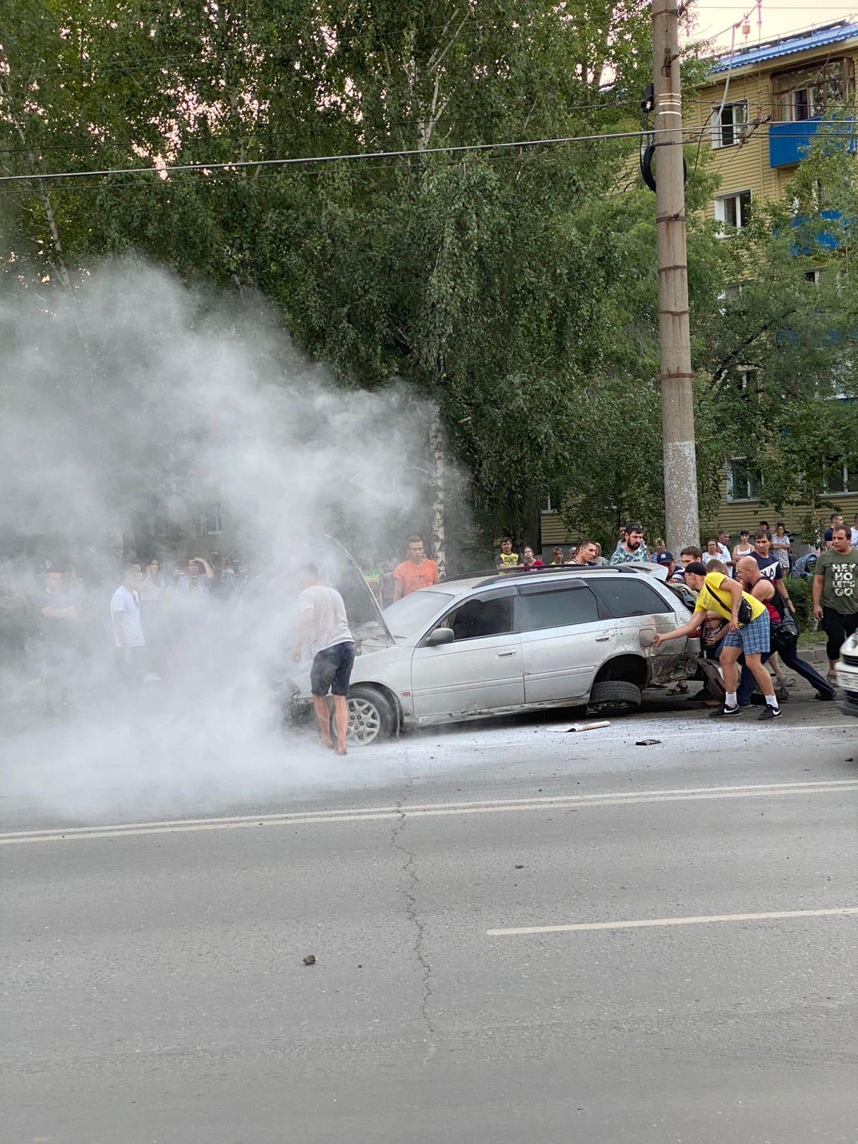 В Омске иномарка врезалась в столб и загорелась #Новости #Общество #Омск