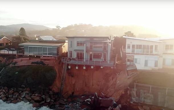 В Австралии несколько домов смыло в океан из-за оползней