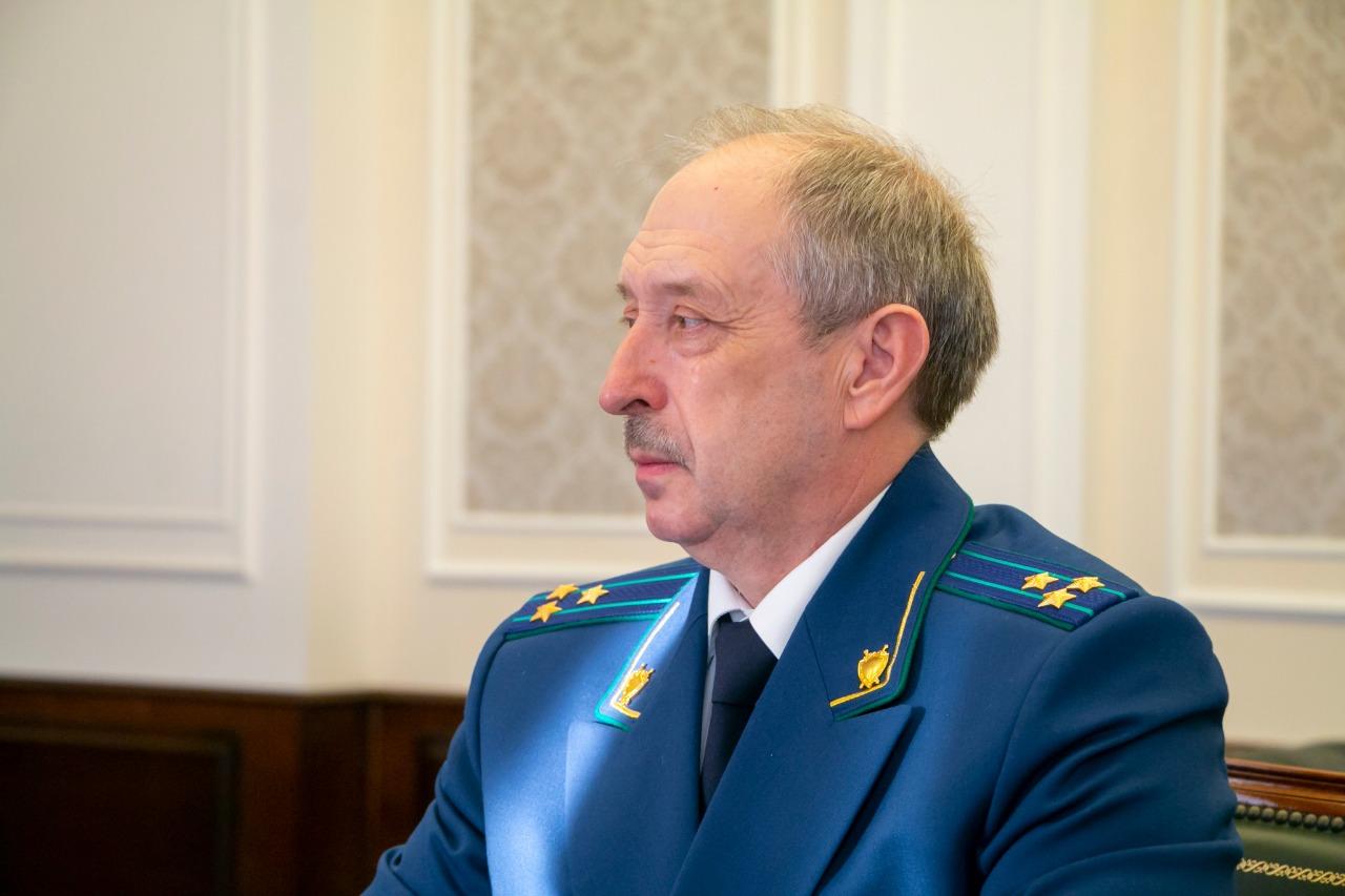 Пенсионеру пришлось ехать к прокурору Омской области из-за сгоревшей машины и гаража #Новости #Общество #Омск