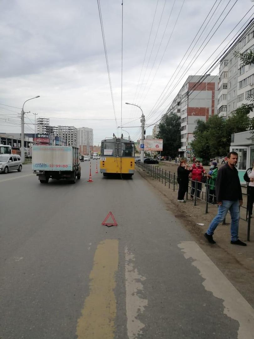 В Омске умерла женщина-пешеход после ДТП с троллейбусом #Омск #Общество #Сегодня
