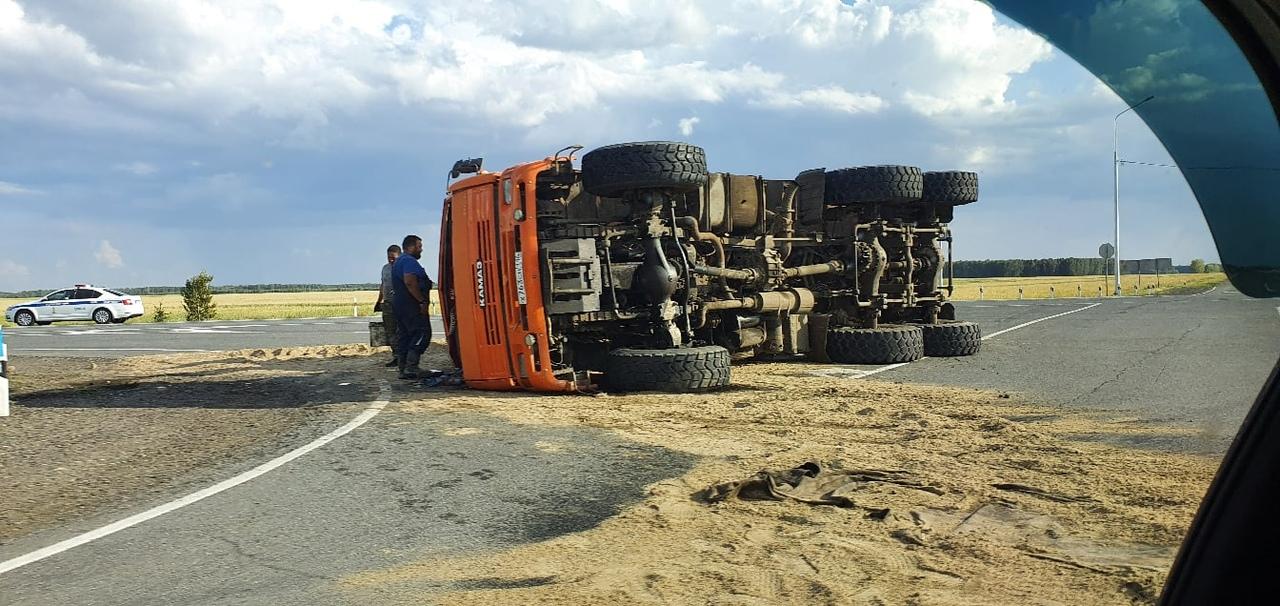 В Омской области на трассе опрокинулся КамАЗ с песком #Омск #Общество #Сегодня