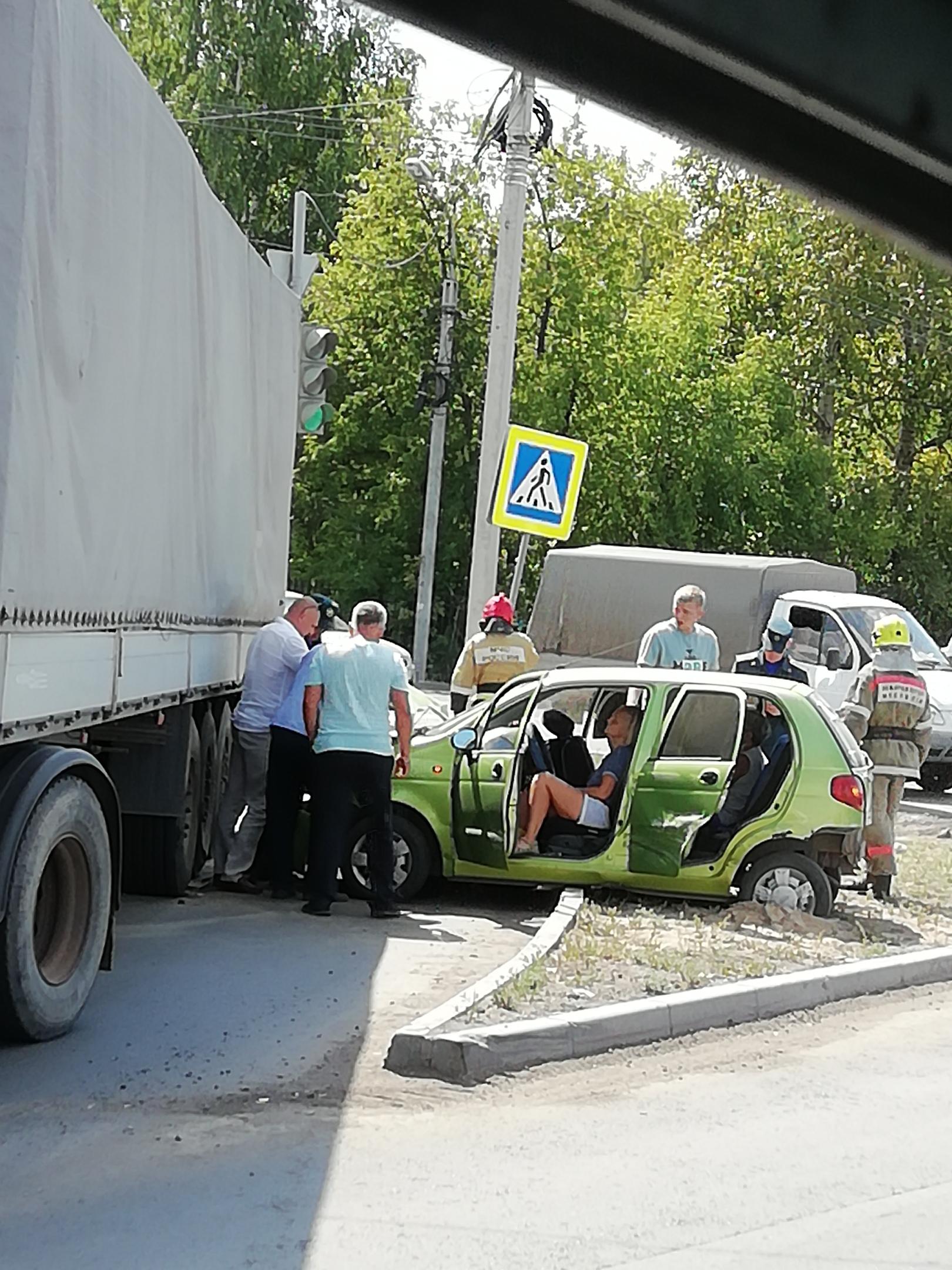 В Омске малолитражка влетела под фуру, пострадали две женщины #Новости #Общество #Омск