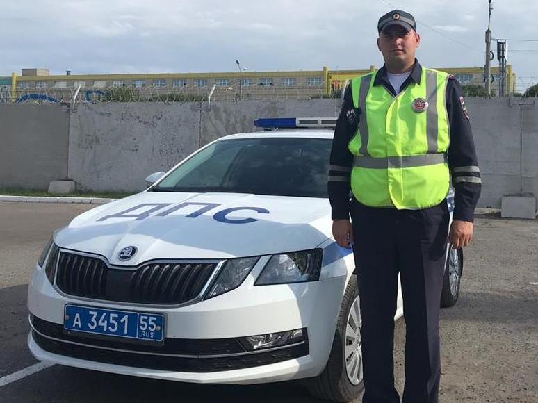 Омские полицейские помогли автоледи с колесом на трассе #Новости #Общество #Омск