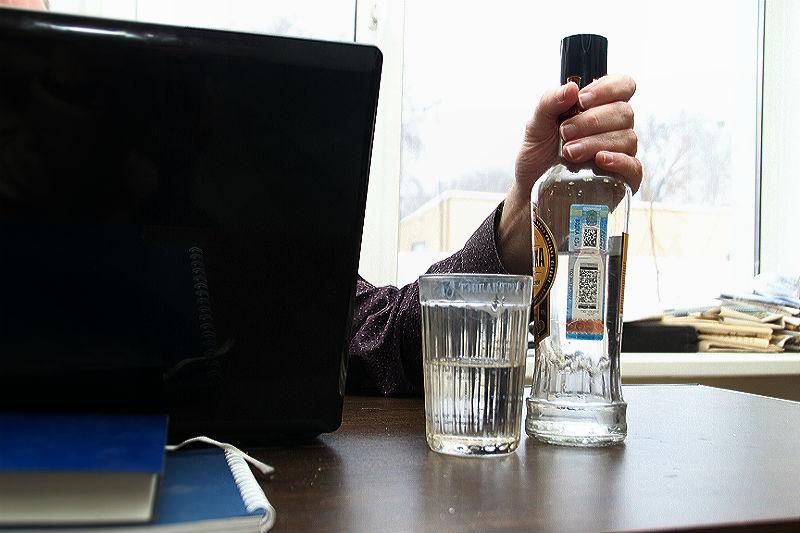 Омича оштрафовали на 100 тысяч за торговлю водкой в сомнительном магазине #Омск #Общество #Сегодня