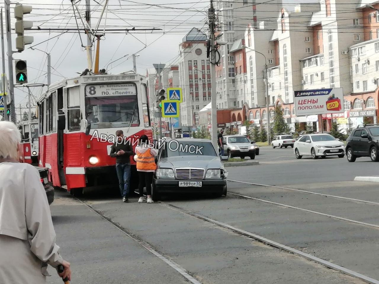 В центре Омска трамвай чуть не раздавил «Мерседес» #Омск #Общество #Сегодня