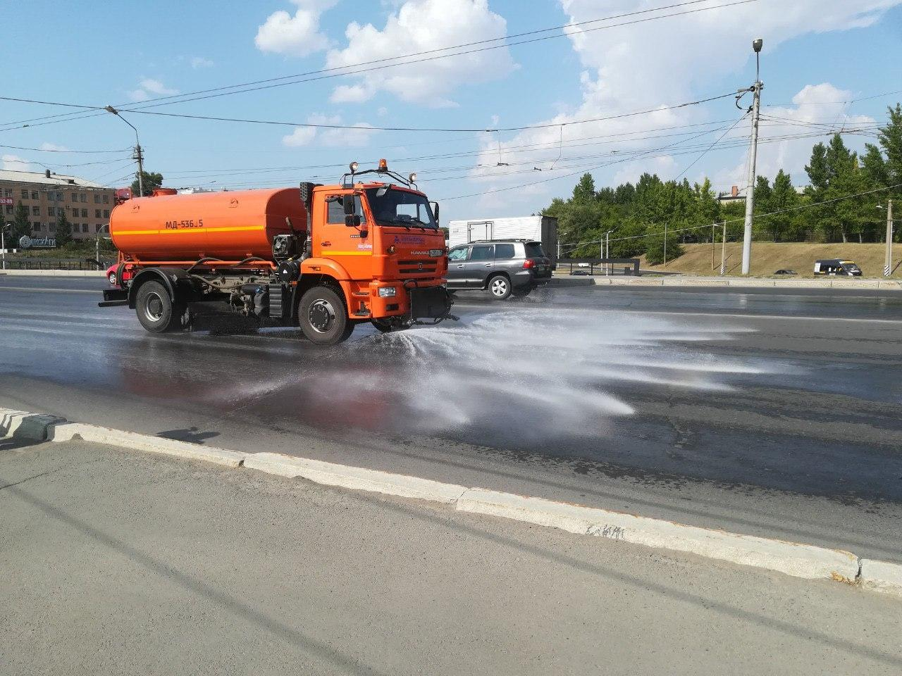 Дороги в Омске активно поливают в жару #Новости #Общество #Омск