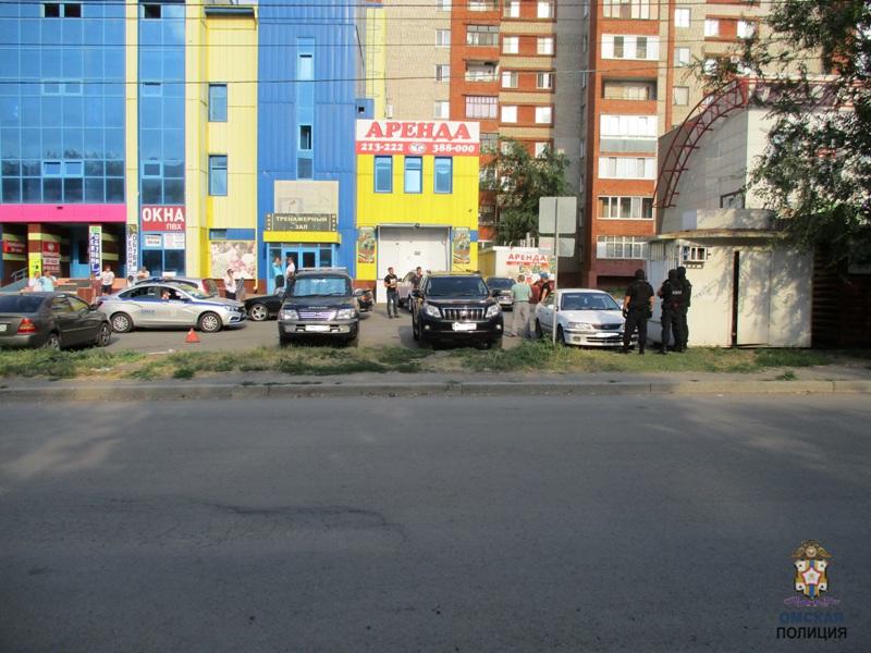 Москвич на дорогом внедорожнике устроил стрельбу из макета АК-47 в Омске #Омск #Общество #Сегодня