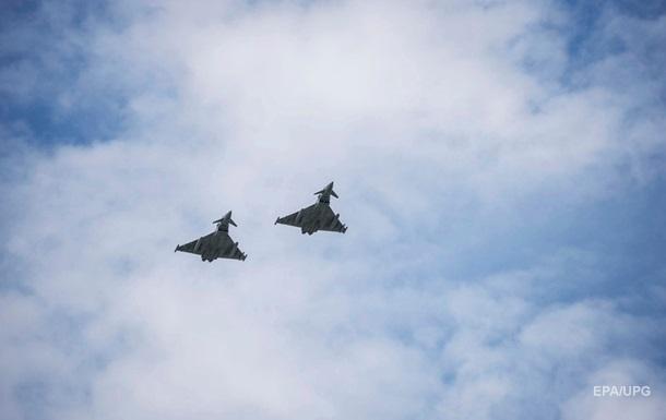 Полиция Британии сняла с самолета двух подозреваемых в терроризме