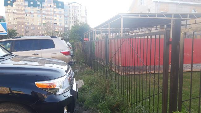 Почему омичи терпят машины рядом с детскими площадками? #Омск #Общество #Сегодня