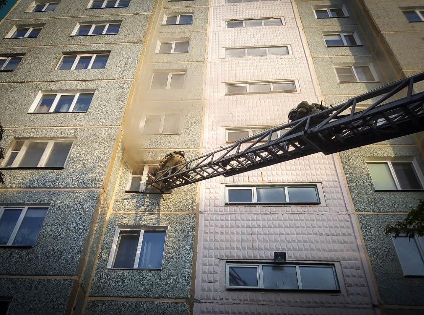 Омские пожарные через окно тушили квартиру в многоэтажке #Новости #Общество #Омск