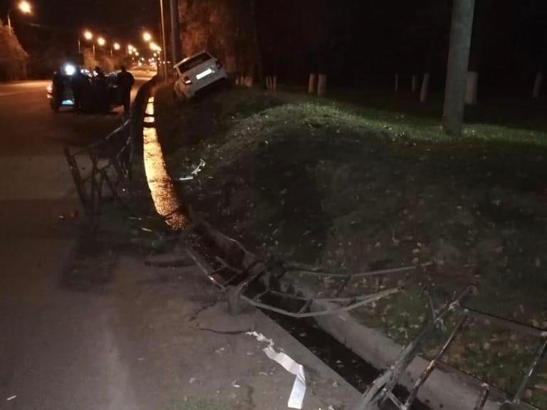Пьяный омич, разговаривая за рулем по телефону, протаранил забор на Красном Пути #Новости #Общество #Омск