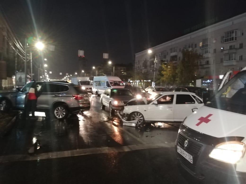 Омич на «приоре» спровоцировал массовое ДТП в центре города #Новости #Общество #Омск