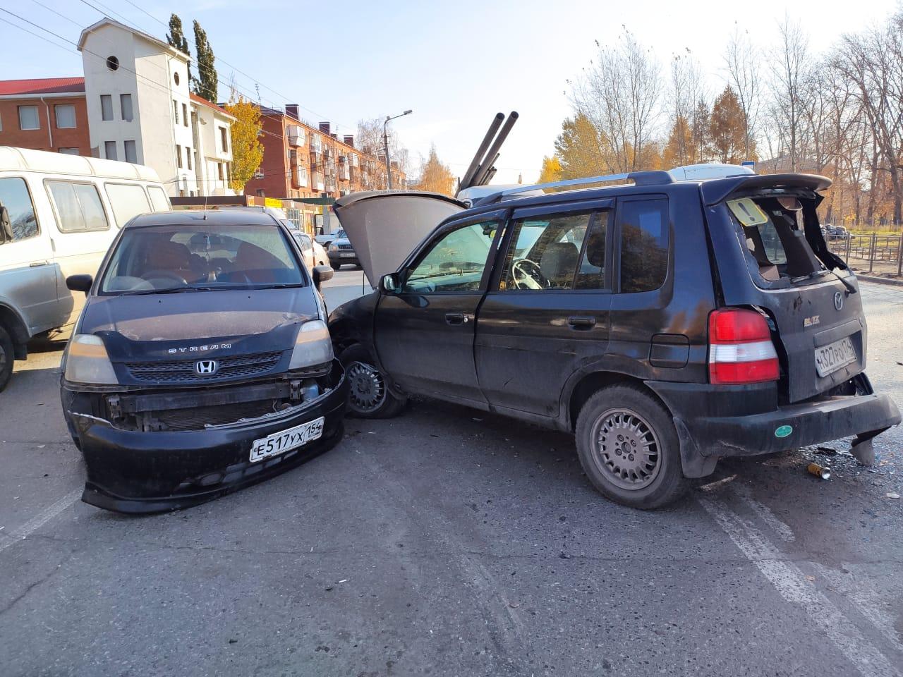 В Омске произошло массовое ДТП: столкнулись малолитражка и КамАЗ #Новости #Общество #Омск