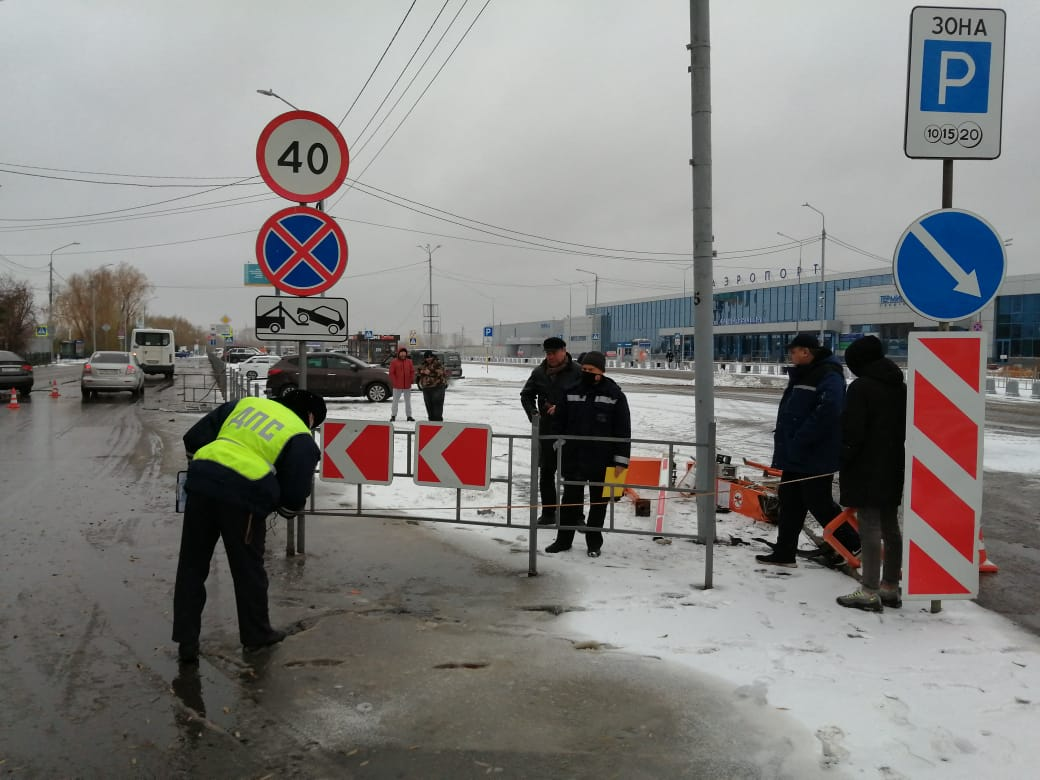 Подросток на иномарке атаковал ворота Омского аэропорта #Новости #Общество #Омск