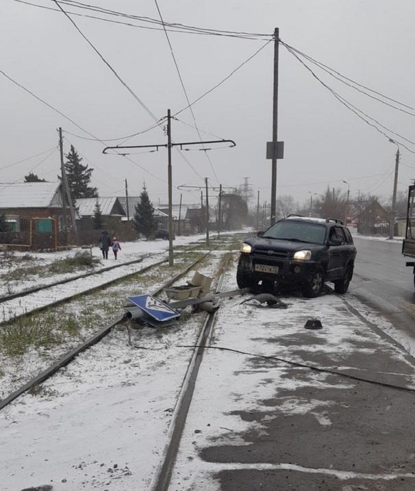В Омске водитель иномарки снес светофор со знаком и скрылся #Омск #Общество #Сегодня
