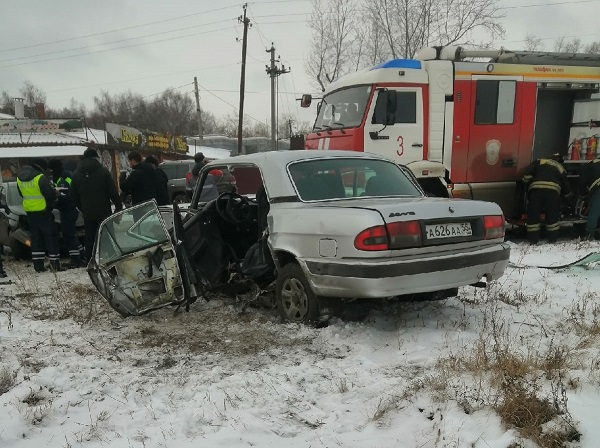 Из-за ДТП спасатели разрезали «Волгу» омской мэрии: пострадали водитель и пассажир #Омск #Общество #Сегодня