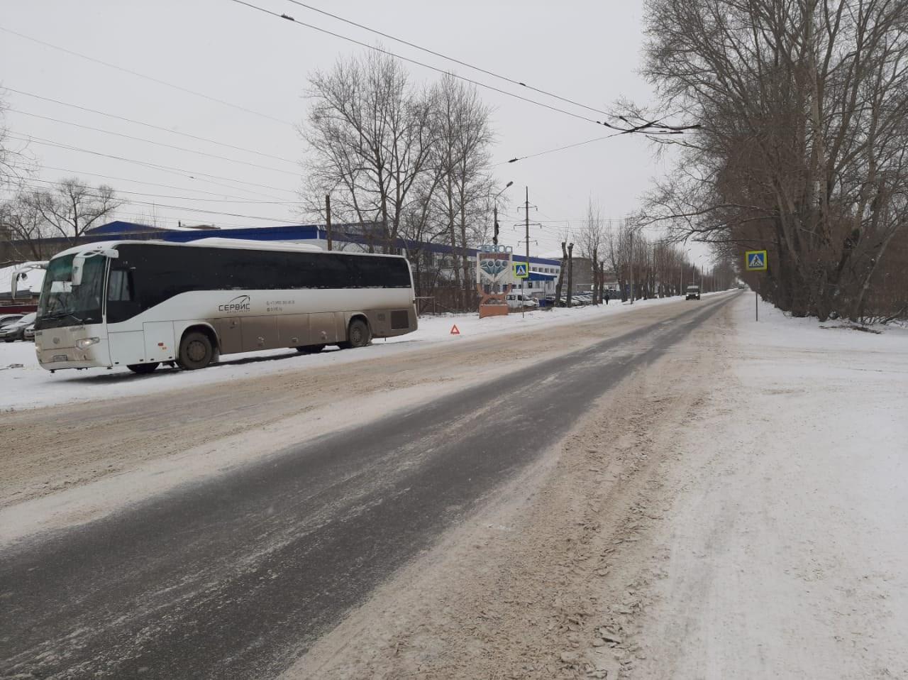 На окраине Омска автобус насмерть сбил женщину #Омск #Общество #Сегодня