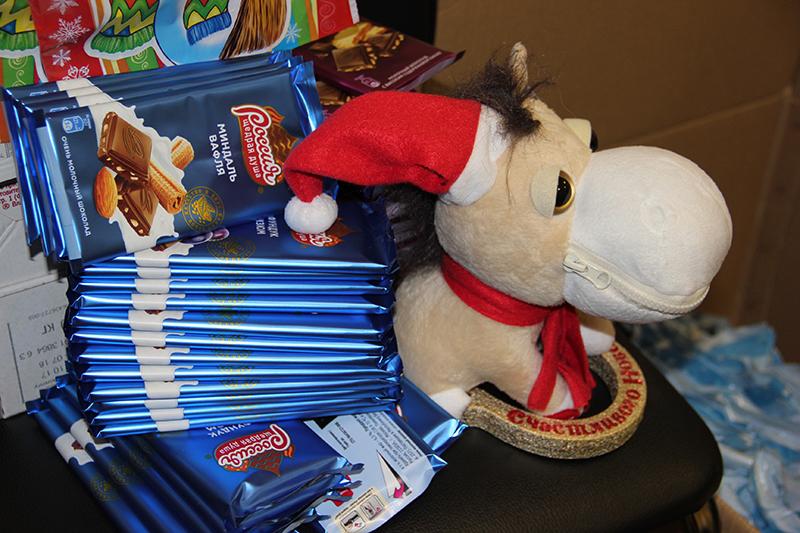 Омич вынес из магазина 18 плиток шоколада и стал продавать сладости прохожим #Омск #Общество #Сегодня