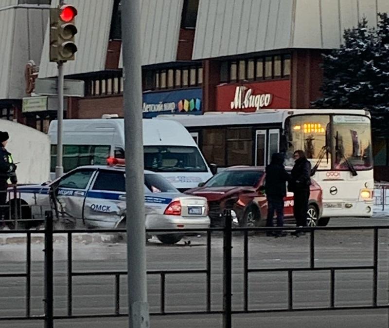 В центре Омска автомобиль ДПС снес ограждение #Новости #Общество #Омск