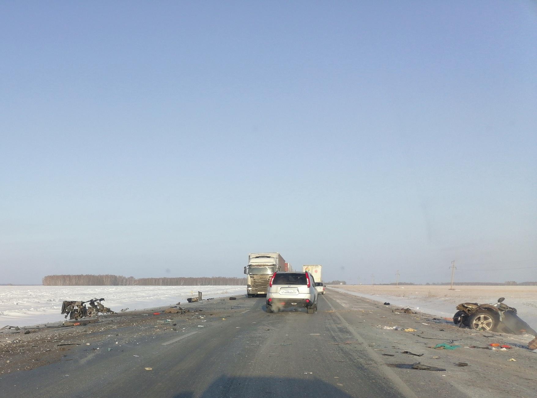 Mercedes разорвало на части от столкновения с фурой «Красное&Белое» под Омском #Новости #Общество #Омск