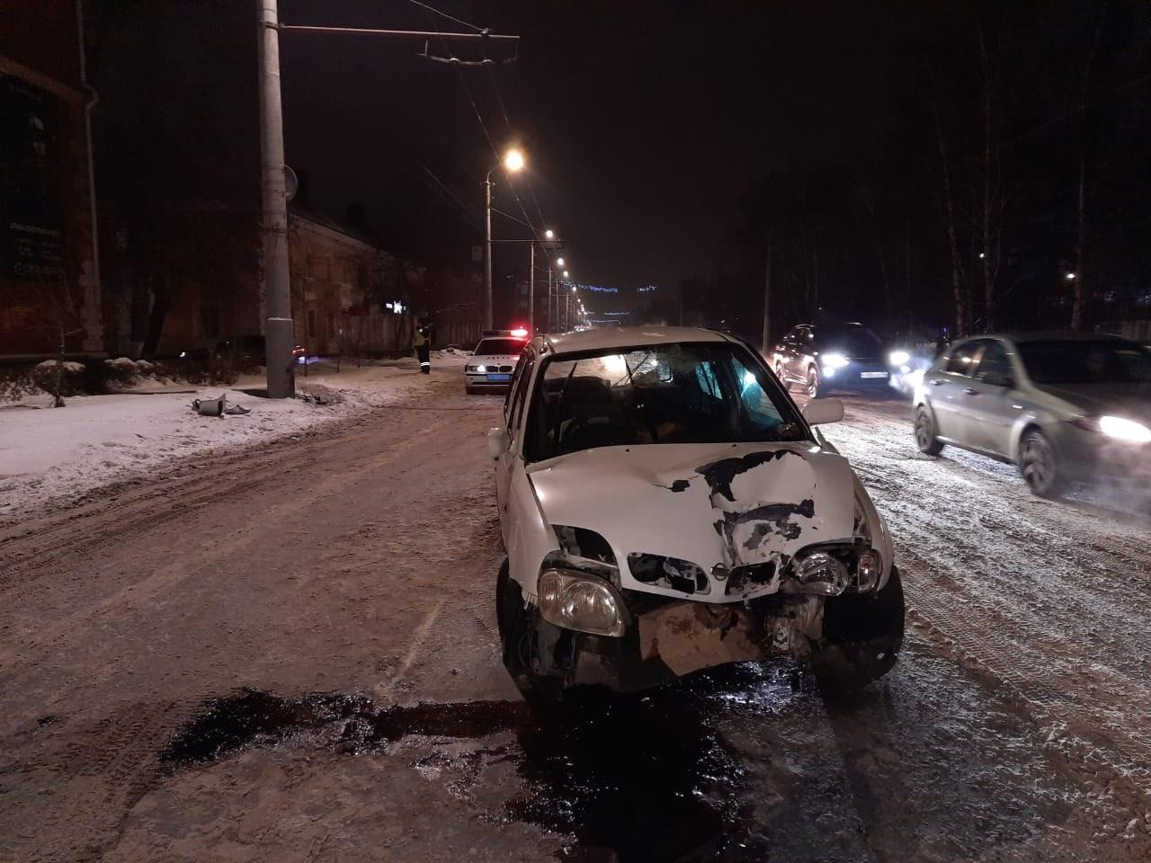 Трое детей оказались в больнице после столкновения малолитражки со столбом в Омске #Новости #Общество #Омск