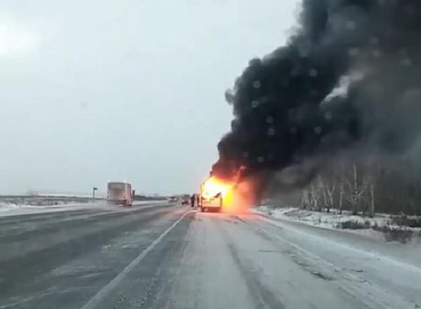 На трассе под Омском полностью сгорела пассажирская маршрутка #Новости #Общество #Омск