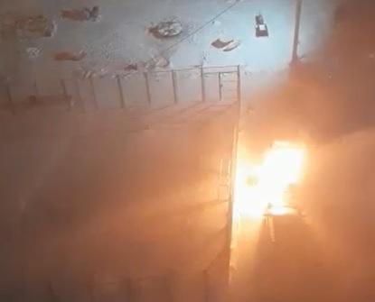 Во дворе шестнадцатиэтажки в Омске загорелся внедорожник, а потом и соседняя иномарка #Новости #Общество #Омск