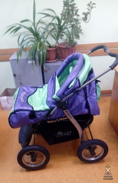Омич украл детскую коляску и забыл ее в теплой остановке #Новости #Общество #Омск