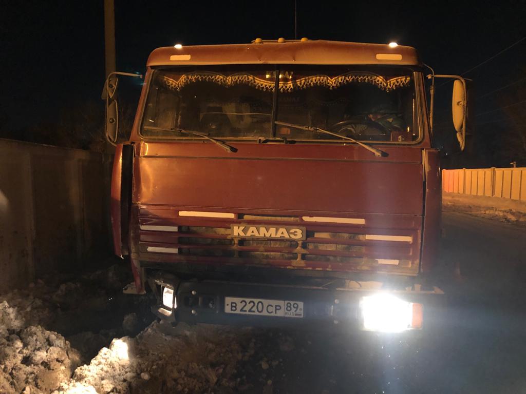 В Омске КамАЗ сбил столб, который упал на дорожника #Омск #Общество #Сегодня