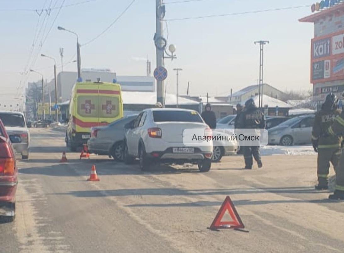 В жестком ДТП в центре Омска пострадала женщина с ребенком #Омск #Общество #Сегодня