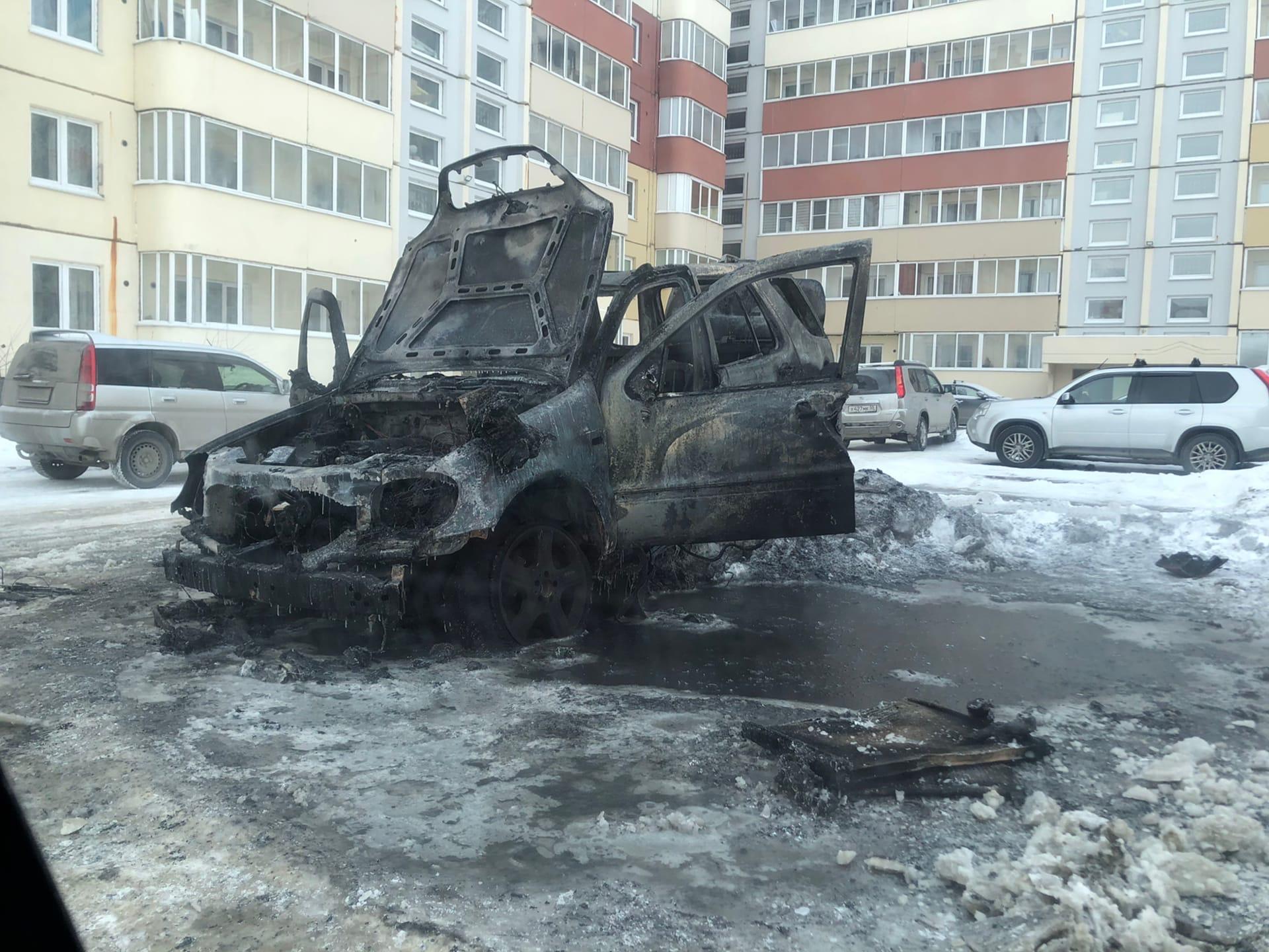 В омском дворе полыхал Mercedes #Омск #Общество #Сегодня