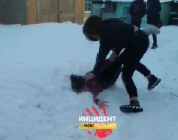 Омские школьники сняли жестокую драку одноклассниц и выложили в соцсети #Омск #Общество #Сегодня