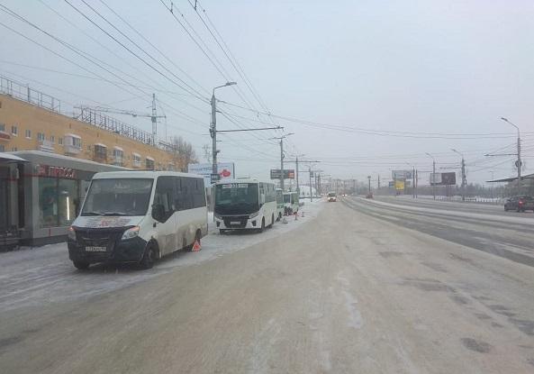 В Омске у «Дома Туриста» столкнулись 3 маршрутки с 42 пассажирами #Новости #Общество #Омск