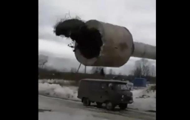 Башня рухнула на машину приехавших ремонтников