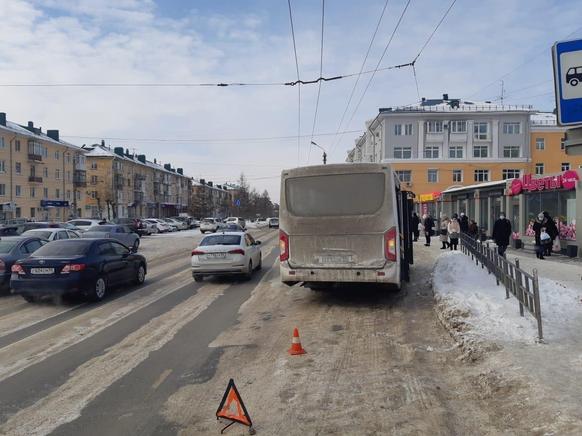 У ДК Малунцева в Омске маршрутка сбила 83-летнюю пенсионерку #Омск #Общество #Сегодня